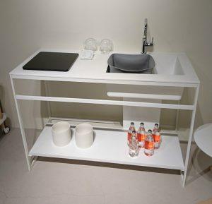 白のフレームキッチン
